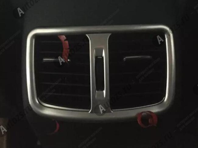 Декоративная накладка на отверстие обдува в подлокотнике Hyundai Tucson 3 2015+Хромированные накладки Hyundai Tucson 3 2015+<br>Декоратинвные молдинги используются для украшения панели приборов, салона и т.д.<br><br><br>Простая и легкая установка (все в комплекте):<br><br><br>Очистить поверхность, куда будут устанавливаться накладки.<br><br>Снять скотч с накла...<br>