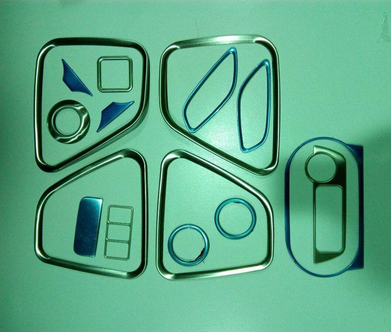 Декоративные накладки для салона Mitsubishi Outlander 3 2012+ (16 накладок)Хромированные накладки Mitsubishi Outlander<br>Декоратинвные молдинги используются для украшения панели приборов, салона и т.д.<br><br><br>Простая и легкая установка (все в комплекте):<br><br><br>Очистить поверхность, куда будут устанавливаться накладки.<br><br>Снять скочт с накла...<br>