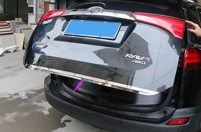 Хромированная накладка на кромку двери багажника Toyota Rav 4 CA40 2013+Хромированные накладки Toyota RAV 4<br>Молдинги относятся к наиболее распространенным элементам внешнего автомобильного тюнинга. Накладки на двери служат для маскировки различных дефектов, зонирования автомобиля и защиты поверхностей от царапин, скол...<br>