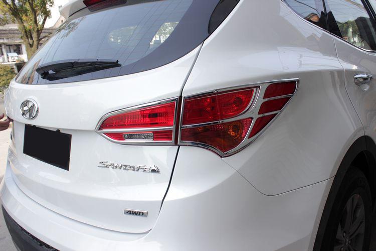 Хромированные накладки на задние фонари Hyundai Santa Fe 3 2012+Хромированные накладки Hyundai Santa Fe<br>Установка накладок на фонари является популярным среди автолюбителей способом внешнего тюнинга автомобилей. Стильные и надежные аксессуары не только служат оригинальными декоративными элементами дизайна, но и вы...<br>