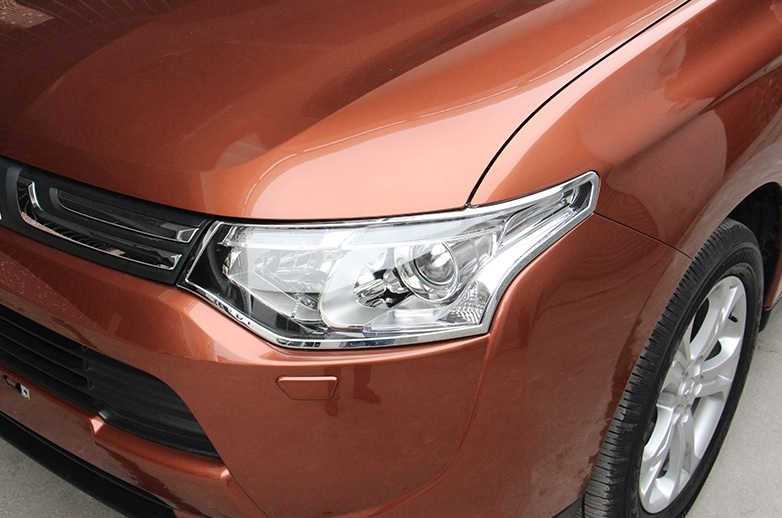 Хромированные накладки на фары Mitsubishi Outlander 3 2012-2015Хромированные накладки Mitsubishi Outlander<br>Установка накладок на фары является популярным среди автолюбителей способом внешнего тюнинга автомобилей. Стильные и надежные аксессуары не только служат оригинальными декоративными элементами дизайна, но и выпо...<br>