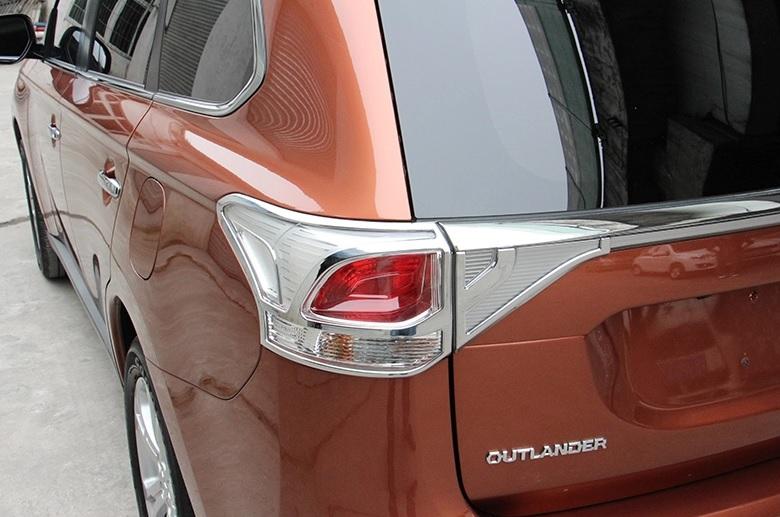 Хромированные накладки на задние фонари Mitsubishi Outlander 3 2012-2015Хромированные накладки Mitsubishi Outlander<br>Установка накладок на фонари является популярным среди автолюбителей способом внешнего тюнинга автомобилей. Стильные и надежные аксессуары не только служат оригинальными декоративными элементами дизайна, но и вы...<br>